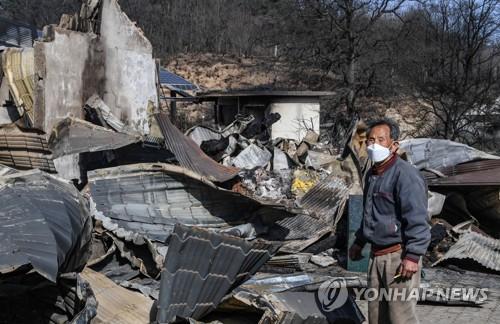 [강원산불] 정경두 국방, 강원 산불진화 현장방문…軍 대민지원 점검