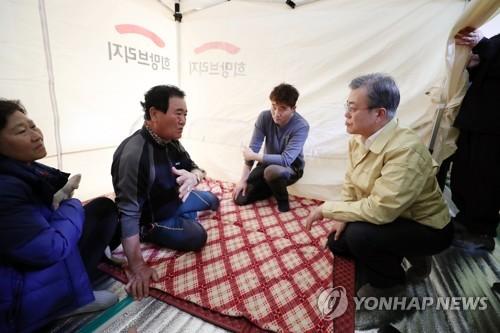 문대통령·요시키도 '산불 성금'…재해구호협회 180억원 모금