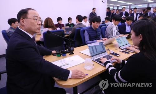 """기재부, 신재민 前 사무관 고발 취소…홍남기 """"사회복귀 기대"""""""