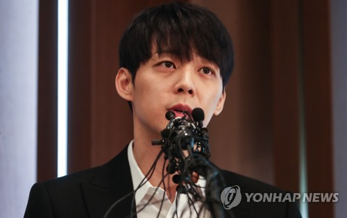 """""""성실히 조사받겠다""""…포토라인 선 로이킴·기자회견 연 박유천"""