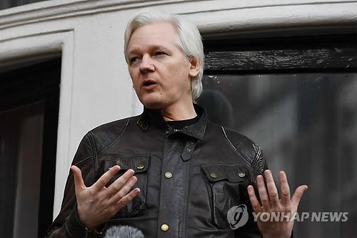 """어산지, 흰 수염 '덥수룩'…대사관서 끌려나오며 """"불법이다"""""""