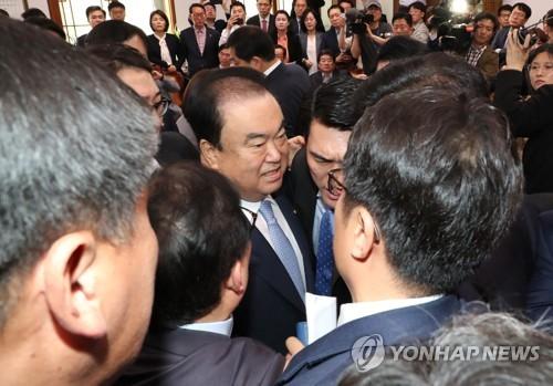 """文의장측 """"의장실 점거, 있을 수 없는 폭거…한국당, 사과하라"""""""