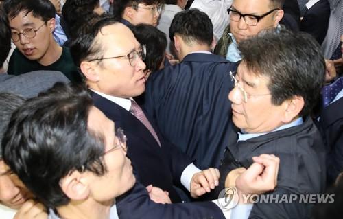 한국당, 홍영표 등 17명 '공동상해' 혐의로 검찰 고발