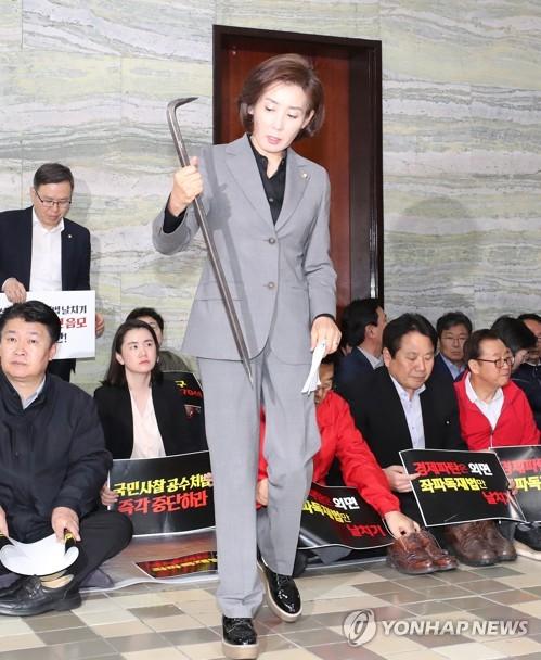 """한국당 """"與 불법에 모든 수단 동원해 저항""""…이틀째 결사항전"""