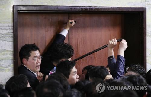 노루발못뽑이·쇠망치·장도리 등장…민주·한국 '빠루 공방'