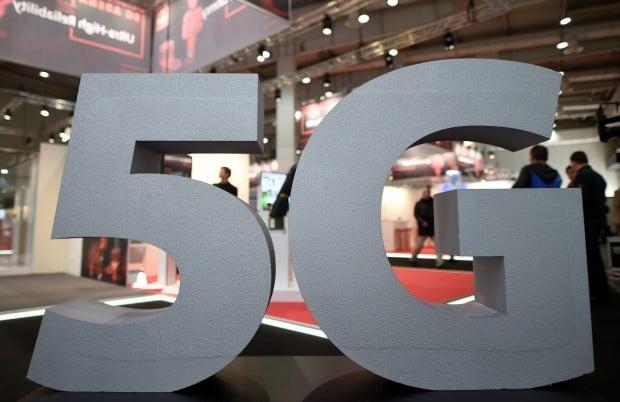 우리나라가 지난 3일 밤 11시 세계 최초로 5G(5세대 이동통신) 상용화에 성공했지만 정작 5G 가입자들은 제대로된 서비스를 이용할 수 없다고 불만을 쏟아내고 있다.  통신사들이 구축한 5G 중계기는 8만5000여개 정도인데, 이는 정부가 제안한 중계기 수의 10%에 불과하다. 이 때문에 소비자들이 체감할 차이를 느끼는 데까지는 상당한 시간이 필요할 것으로 보인다.
