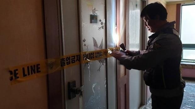 공포체험' 유튜버 들어간 폐건물 확인하는 경찰관/사진=연합뉴스