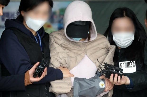 마약 공급·투약 혐의를 받는 남양유업 창업주 외손녀 황하나(31) 씨가 영장실질심사를 받기 위해 수원남부경찰서를 나서고 있다/사진=연합뉴스