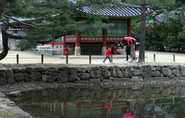 빗방울이 떨어진 6일 오후 서울 종묘에서 우산을 쓴 시민들이 산책하고 있다. 사진=연합뉴스