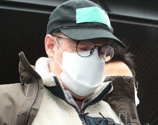 마약 투약 혐의로 체포된 방송인 하일(미국명 로버트 할리·61) 씨가 10일 오전 구속 전 피의자 심문(영장실질심사)을 위해 경기도 수원시 영통구 수원남부경찰서를 나서고 있다.  /사진=연합뉴스