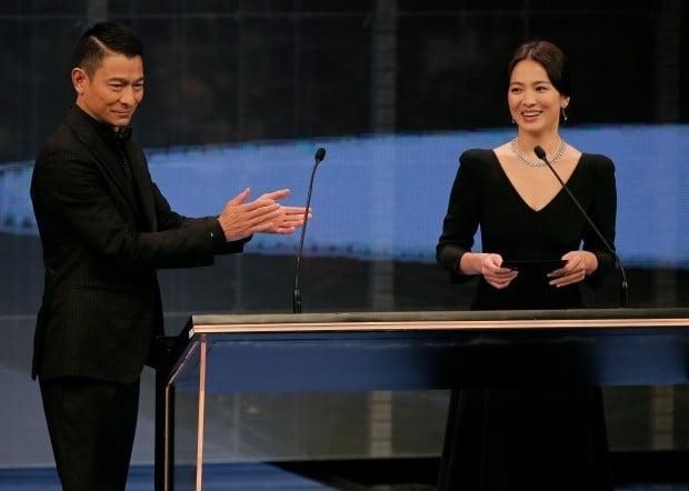 홍콩 금상장 영화상에 참석한 송혜교와 유덕화 /사진=AP