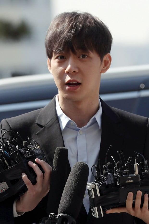 가수 겸 배우 박유천(33) 씨가 17일 오전 마약 투약 혐의에 대한 경찰 조사를 위해 경기도 수원시 경기남부지방청으로 출석했다. /사진=연합뉴스