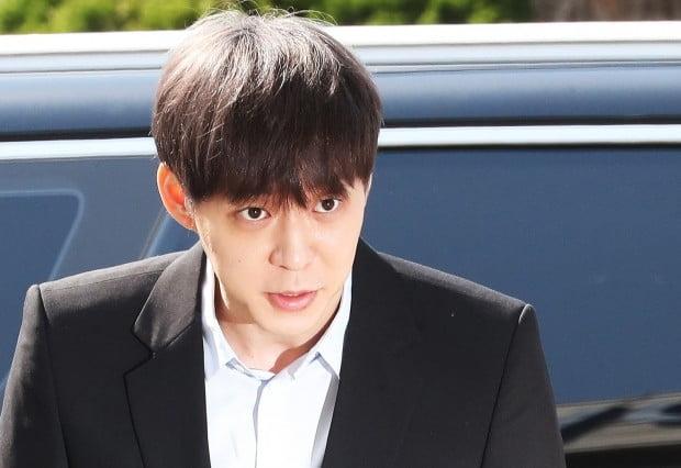 가수 겸 배우 박유천(33) 씨가 17일 오전 마약 투약 혐의에 대한 경찰 조사를 위해 경기도 수원시 경기남부지방청으로 출석하고 있다.  /사진=연합뉴스