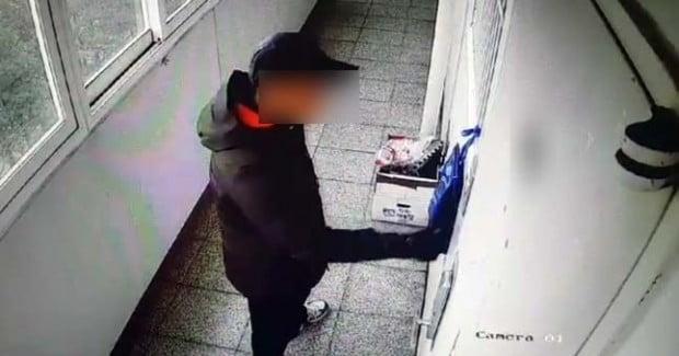 < 위층 벨 누르는 진주아파트 방화범 > 17일 오전 경남 진주시 가좌동 아파트에 방화·살해한 안모(42)씨가 과거에도 위층을 찾아가 문을 열려고 하는 장면이 폐쇄회로(CC)TV에 기록됐다. 독자 김동민 씨 제공