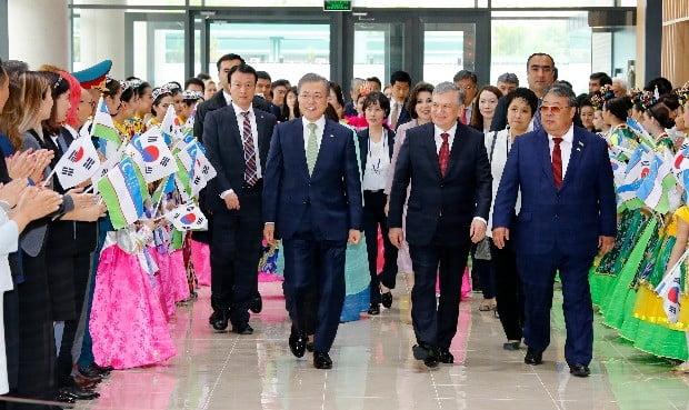 문재인 대통령이 20일 타슈켄트 시내 한국문화예술의 집 개관행사에 샤프카트 미르지요예프 대통령과 함께 참석하고 있다. (사진=연합뉴스)
