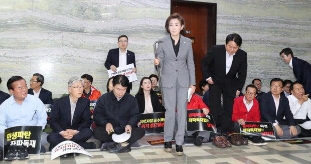 나경원 자유한국당 원내대표가 긴급 의원총회에서 노루발못뽑이(빠루)를 들고 있다. 사진=연합뉴스