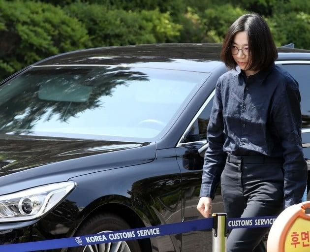 """'가사도우미 불법고용' 이명희, 법정서 조현아에 """"엄마가 미안해"""""""