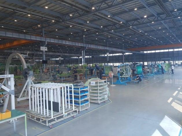 보잉 737 맥스의 섹션 48과 엠브라에르의 E-JetⅡ의 후방동체가 만들어지는 공장 전경.=한경닷컴
