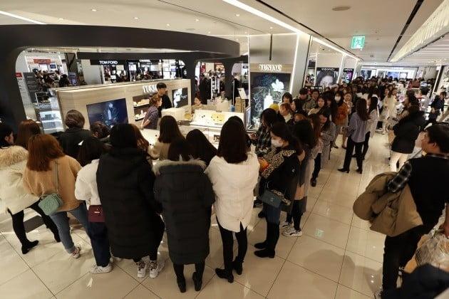 중국인 소비자들이 연작 제품을 구매하기 위해 길게 줄을 선 모습 [사진=신세계인터내셔날 제공]
