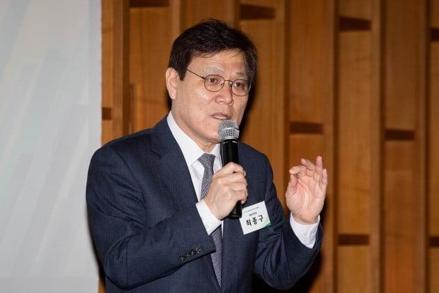 """최종구 금융위원장은 22일 '타다' 서비스로 택시업계와 갈등을 빚는 이재웅 쏘카 대표를 향해 """"무례하고 이기적이다""""라고 쓴소리했다."""