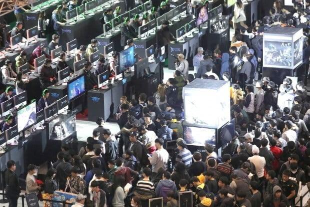 "WHO 게임 중독 논란…""게이머 23만명 찾는 '지스타'는 정신병원인가"""