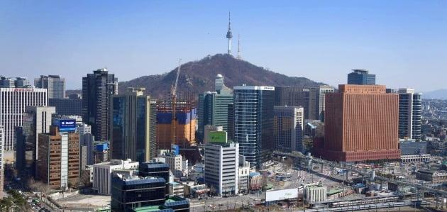 오피스 빌딩이 밀집한 서울역 일대의 모습. 서울 공시지가는 올해 12.35% 상승해 전국 최고를 기록했다. 한경DB
