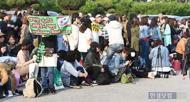 [포토] '옥택연을 기다리는 팬들'
