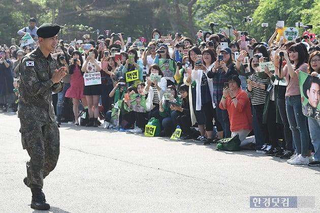 [포토] '팬들에게 감사 인사하는 옥택연'
