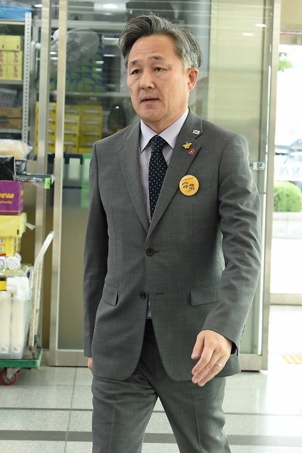 [포토] '유시민 모친상' 빈소 들어서는 표창원 의원