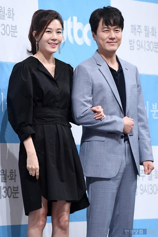 [포토] 김하늘-감우성, '팔짱끼고 다정하게~'