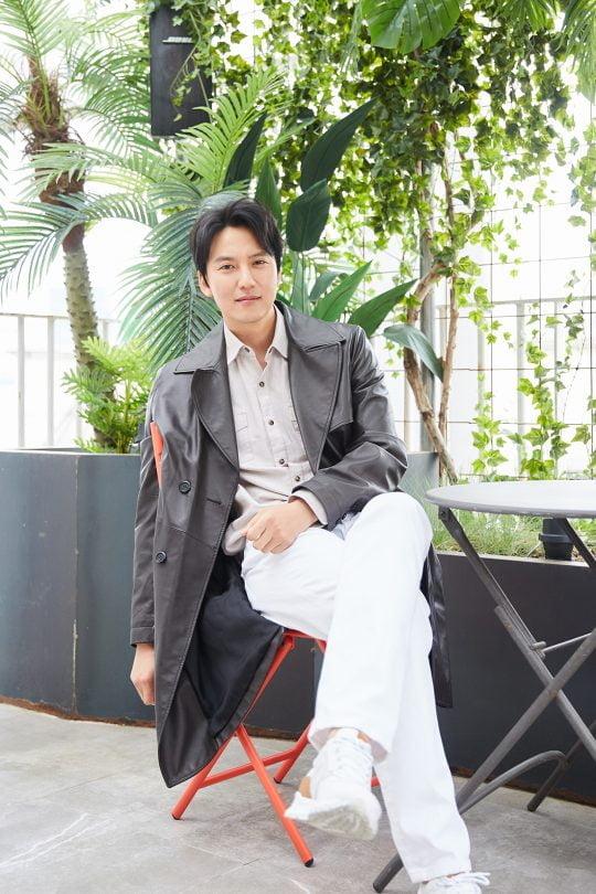 드라마 '열혈사제'에서 다혈질 사제 김해일 역으로 열연한 배우 김남길. /사진제공=씨제스엔터테인먼트