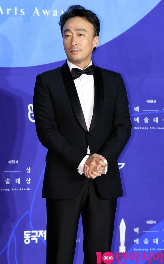 이성민이 1일 오후 서울 삼성동 코엑스에서 열린 제55회 백상예술대상 레드카펫 행사에 참석하고 있다.