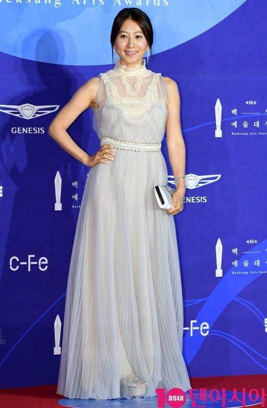 김희애가 1일 오후 서울 삼성동 코엑스에서 열린 제55회 백상예술대상 레드카펫 행사에 참석하고 있다.