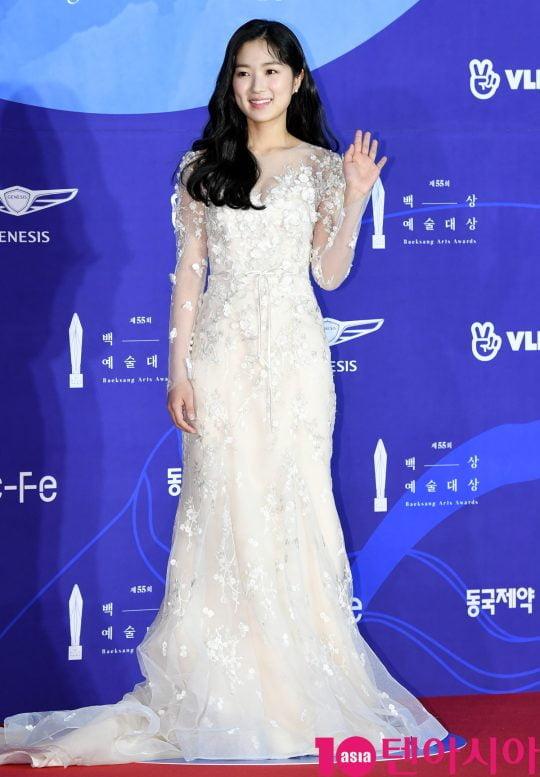 김혜윤이 1일 오후 서울 삼성동 코엑스에서 열린 제55회 백상예술대상 레드카펫 행사에 참석하고 있다.
