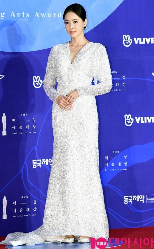 이다희가 1일 오후 서울 삼성동 코엑스에서 열린 제55회 백상예술대상 레드카펫 행사에 참석하고 있다.