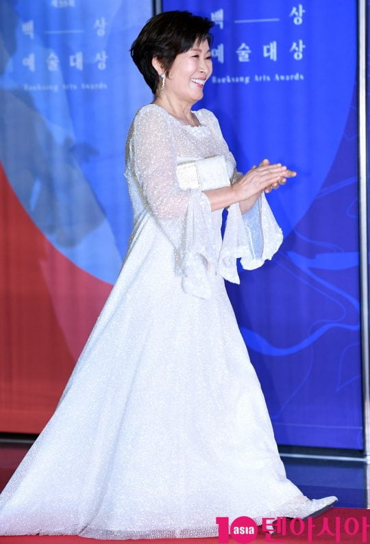 김혜자가 1일 오후 서울 삼성동 코엑스에서 열린 제55회 백상예술대상 레드카펫 행사에 참석하고 있다.