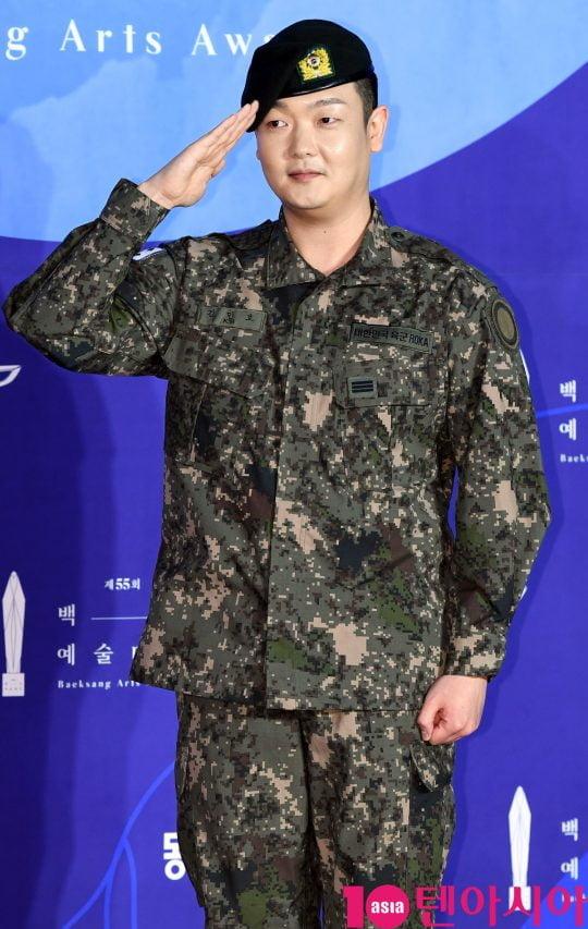 김민호가 1일 오후 서울 삼성동 코엑스에서 열린 제55회 백상예술대상 레드카펫 행사에 참석하고 있다.