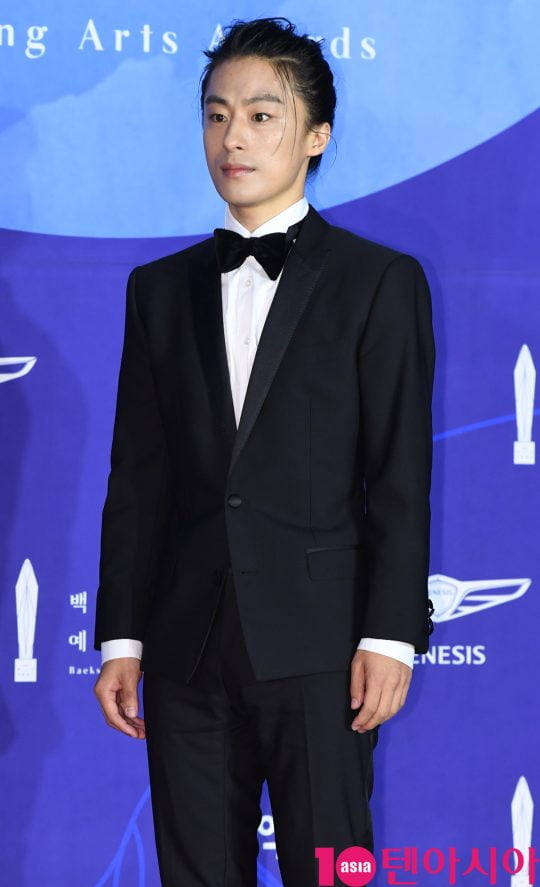 구교환이 1일 오후 서울 삼성동 코엑스에서 열린 제55회 백상예술대상 레드카펫 행사에 참석하고 있다.