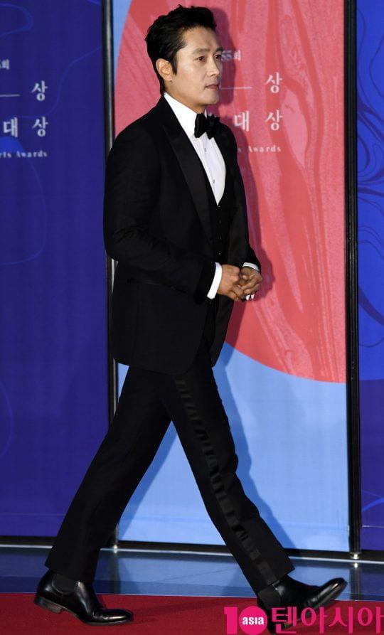 이병헌이 1일 오후 서울 삼성동 코엑스에서 열린 제55회 백상예술대상 레드카펫 행사에 참석하고 있다.
