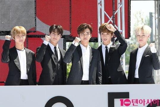 그룹 NCT드림이 2일 오전 서울 삼성동 코엑스 광장에서 열린 'C페스티벌 2019' 개막식 행사에 참석해 파이팅을 외치고 있다.