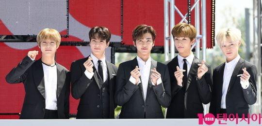 그룹 NCT드림이 2일 오전 서울 삼성동 코엑스 광장에서 열린 'C페스티벌 2019' 개막식 행사에 참석해 하트를 그리고 있다.
