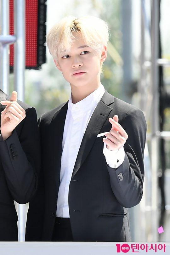 그룹 NCT 드림 천러가 2일 오전 서울 삼성동 코엑스 광장에서 열린 'C페스티벌 2019' 개막식 행사에 참석해 하트를 그리고 있다.