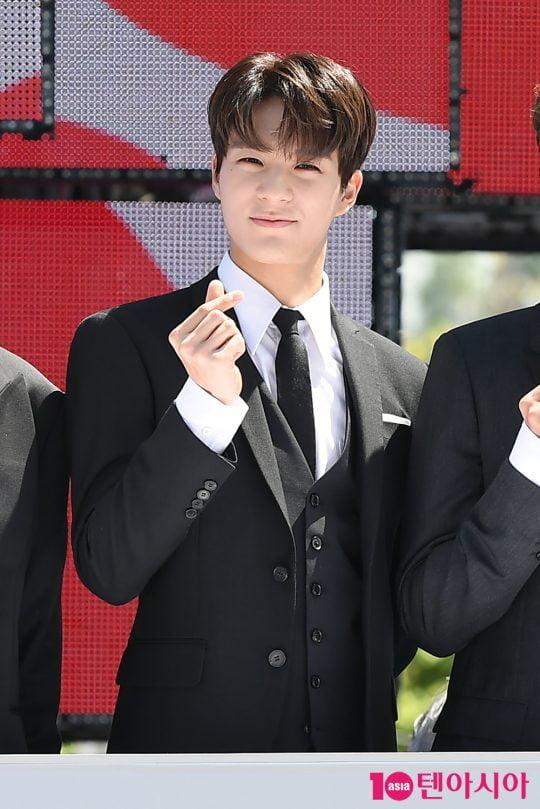 그룹 NCT 드림 제노가 2일 오전 서울 삼성동 코엑스 광장에서 열린 'C페스티벌 2019' 개막식 행사에 참석해 하트를 그리고 있다.