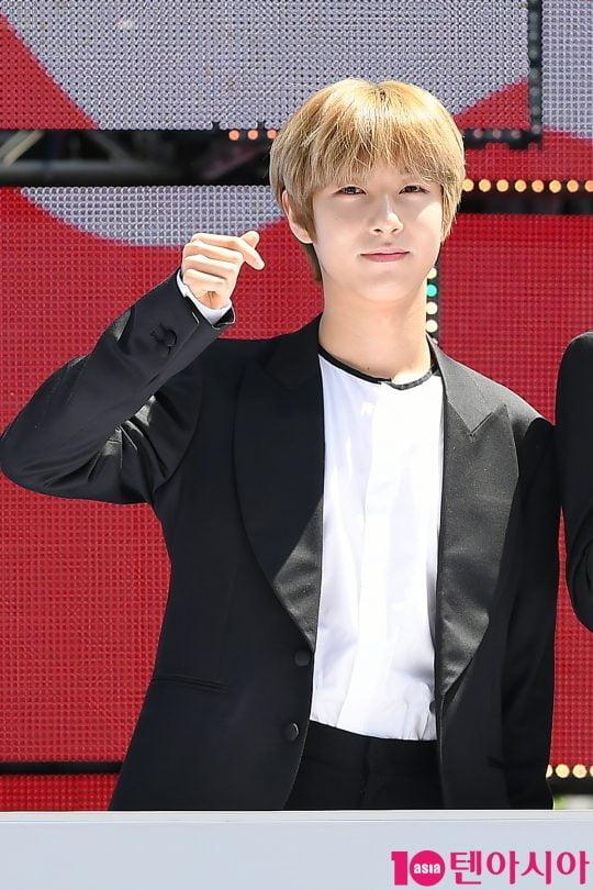 그룹 NCT 드림 런쥔이 2일 오전 서울 삼성동 코엑스 광장에서 열린 'C페스티벌 2019' 개막식 행사에 참석해 하트를 그리고 있다.
