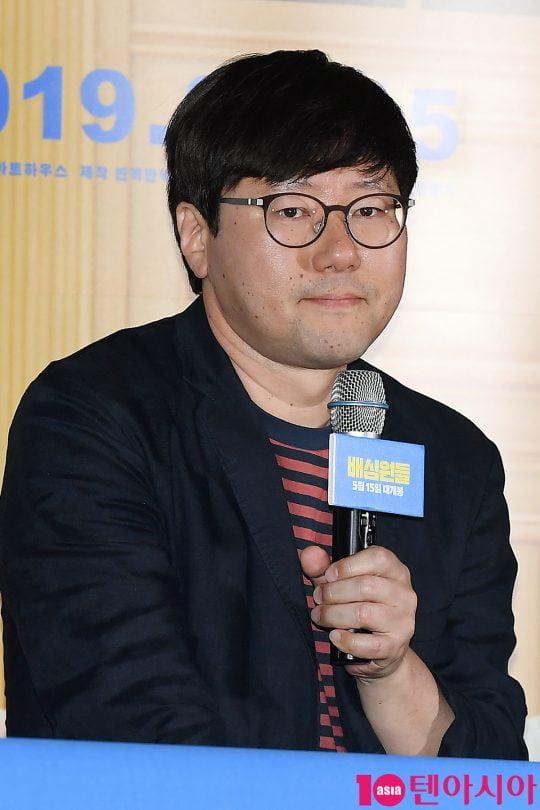 홍승완 감독이 2일 오후 서울 용산CGV 아이파크몰에서 열린 영화 '배심원들' 언론시사회에 참석해 인사말을 하고 있다.