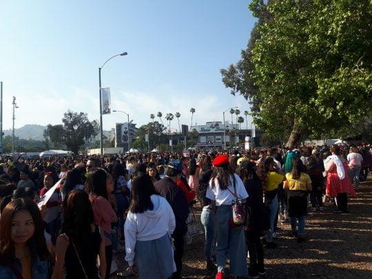 4일 방탄소년단의 월드 스타디움투어가 시작되는 미국 로스앤젤레스 로즈볼 스타디움 밖에서 관객들이 입장을 기다리고 있다. /로스앤젤레스=우빈 기자