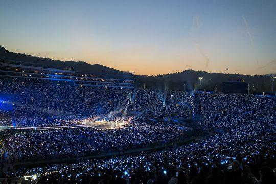 4일 오후(현지시간) 미국 캘리포니아주 패서디나 로즈볼 스타디움. 아미들이 응원봉 아비밤에 불을 켜자 무수한 별들이 반짝이는 우주처럼 변했다. / 제공=빅히트엔터테인먼트