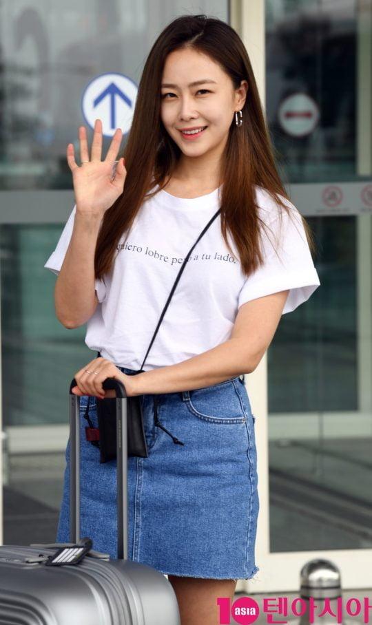 배우 홍수현이 8일 오후 해외 스케줄 참석차 인천국제공항을 통해 대만으로 출국하고 있다.