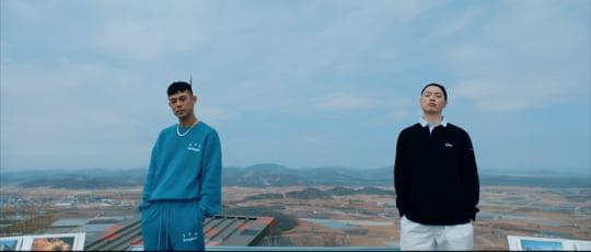 'OKGO' 뮤직비디오 속 래퍼 빈지노(왼쪽)와 이센스/사진=뮤직비디오 갈무리