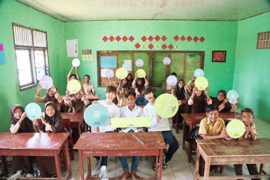 인도네시아에서 봉사활동을 하는 그룹 NCT DREAM 제노, 재민. / 제공=굿네이버스